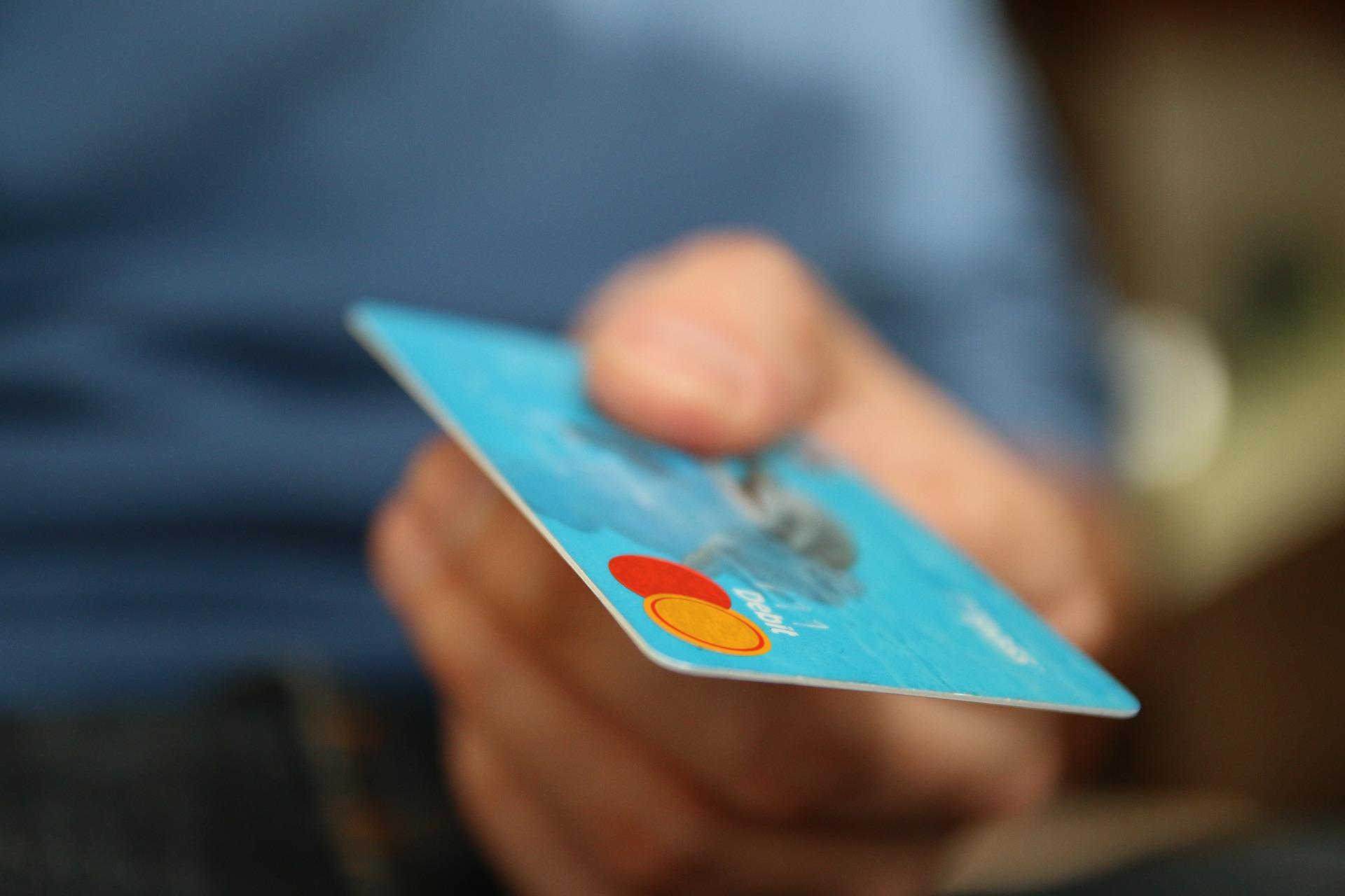 Разгневена жена плати 5000 долара бакшиш с кредитната карта на гаджето си
