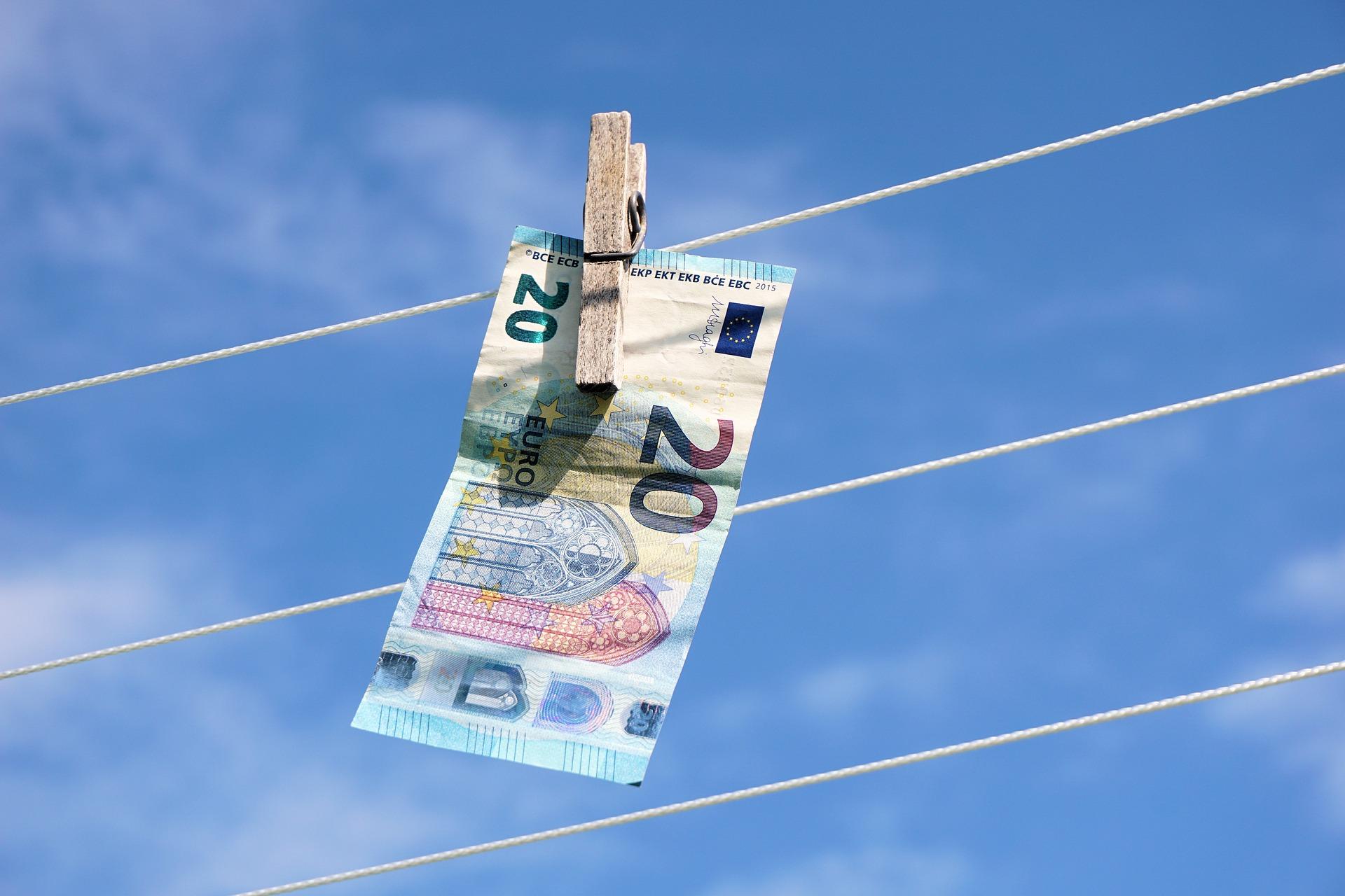 Европейските банки инвестират огромни суми в борбата с прането на пари